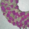 Bloemstuk maken met bladeren en bessen op een piepschuimen ondergrond