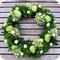Alternatieve groene adventskrans met zelfgemaakte kerstballen