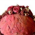 Bol bekleden met blijvende materialen: gevriesdroogde rozen, rode pepers, korstmos en cobrablad