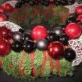 Kerstkrans met rood en wit