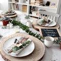 Foto's van feestelijke tafels met groendecoratie
