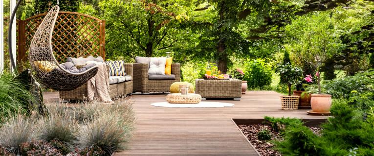 Tuin met houten terras