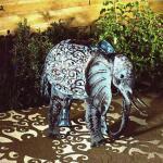 Olifant met verlichting op zonne-energie